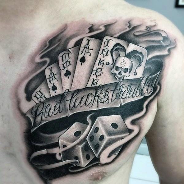 Tatuaje en el pecho,  naipes con dados para juego de azar