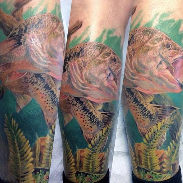 massiccio multicolore realistico pesce in acqua tatuaggio su  gamba