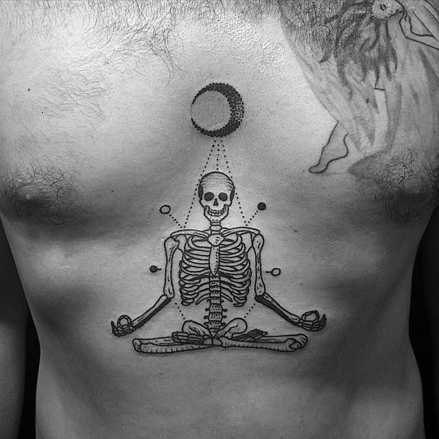 Tatuaggio di inchiostro nero medio del torace con lo scheletro meditating con la luna