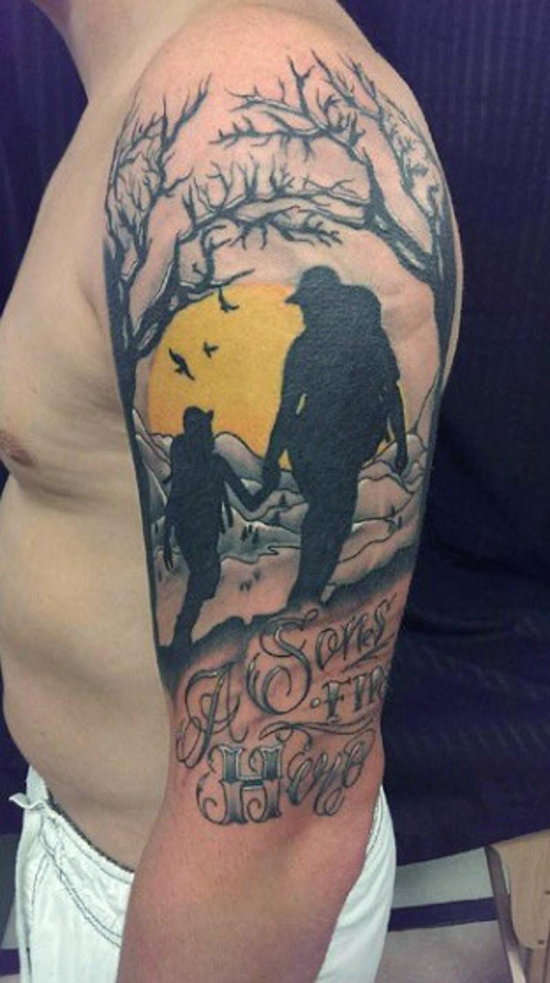 memoriale colorato camping padre e figlio con scritto tatuaggio a mezza manica