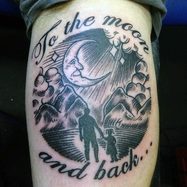 Tatuaje en la pierna, padre con su hija a la noche y inscripción