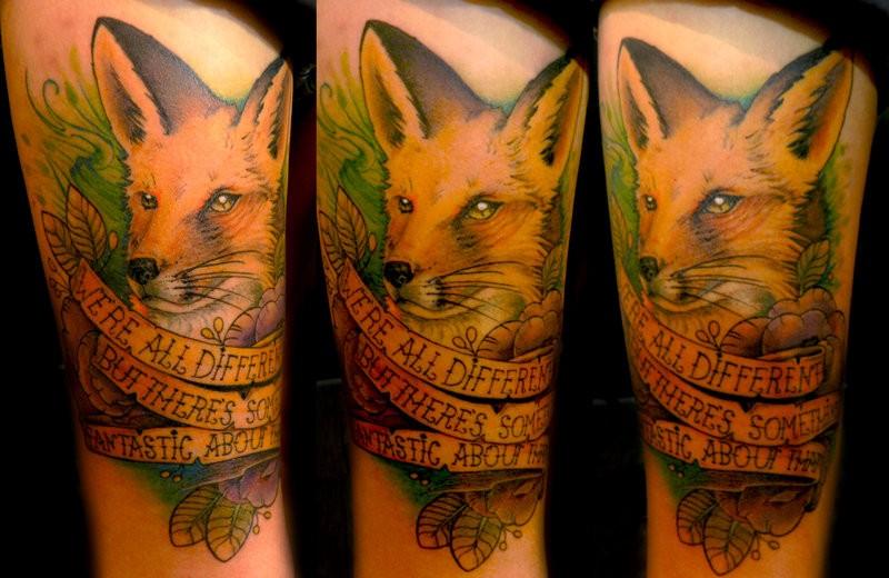 stile memoriale colorato realistico volpe con lettere tatuaggio su coscia