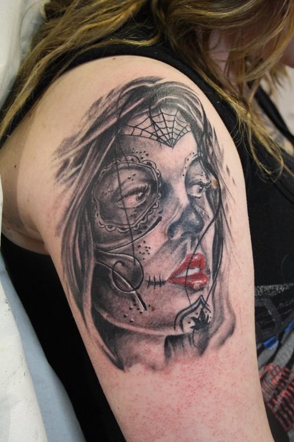 Messicano stile colorato donna mascherata tatuaggio su spalla
