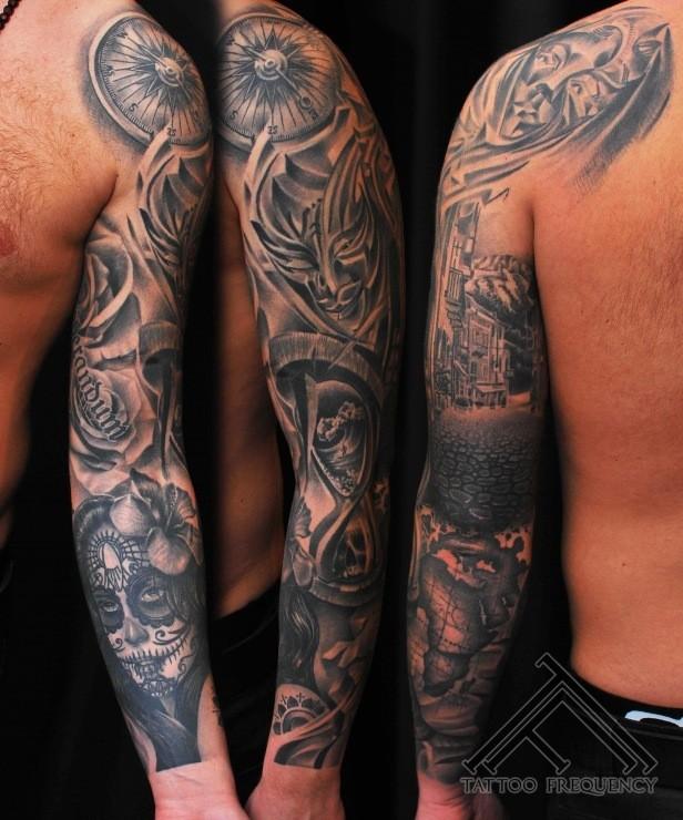 messicano stile dettagliato bianco e nero con maschera e bussola tatuaggio su braccio