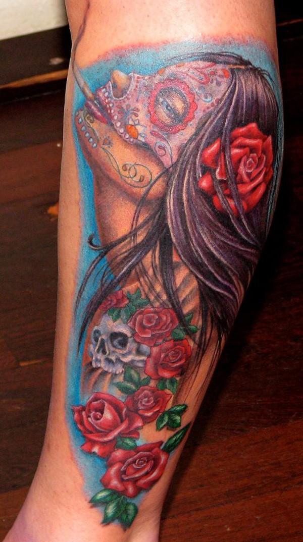 stile messicano multicolore donna fumando con fiori tatuaggio su gamba