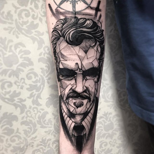 Middle aged man&quots portrait black and white forearm length tattoo in geometrical style