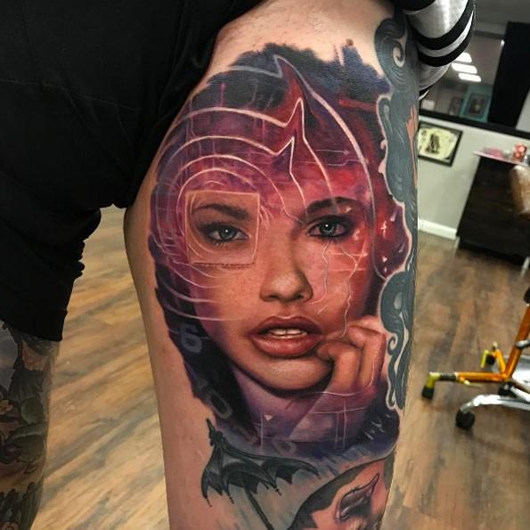 Tatuaggio colorato alla coscia dall&quotaspetto moderno del ritratto femminile