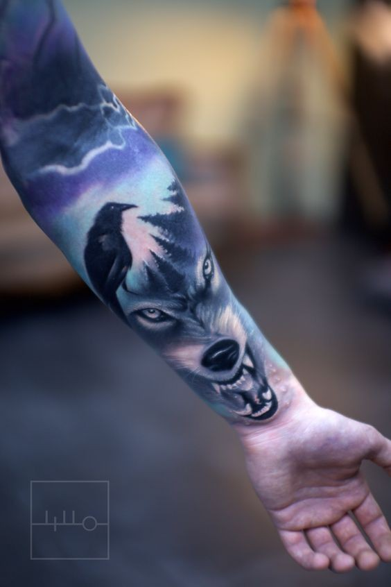 Tatuaggio a manica colorata stile moderno del lupo cattivo con corvo
