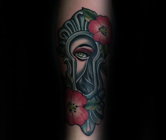 Tatuaggio colorato di stile moderno della donna che guarda attraverso il buco della serratura con i fiori