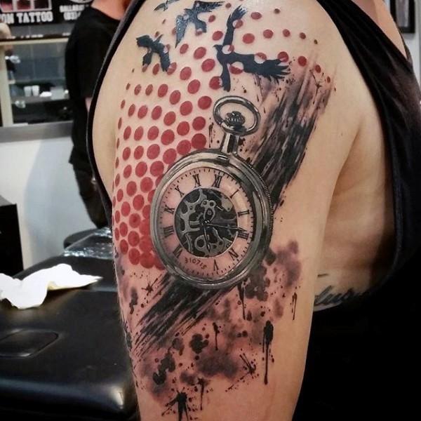 Tatuaje en el brazo, reloj de bolsillo, estilo moderno