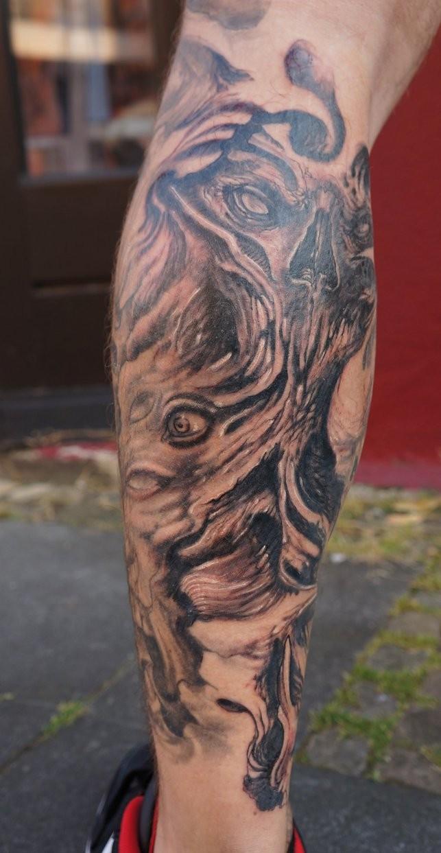 Tatuaggio mostruoso sul braccio gli occhi