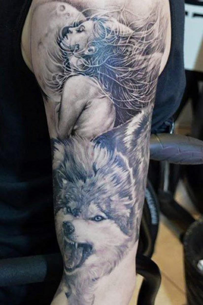 Mond Mit Einer Schonen Frau Und Wolf Tattoo Am Arm Tattooimages Biz