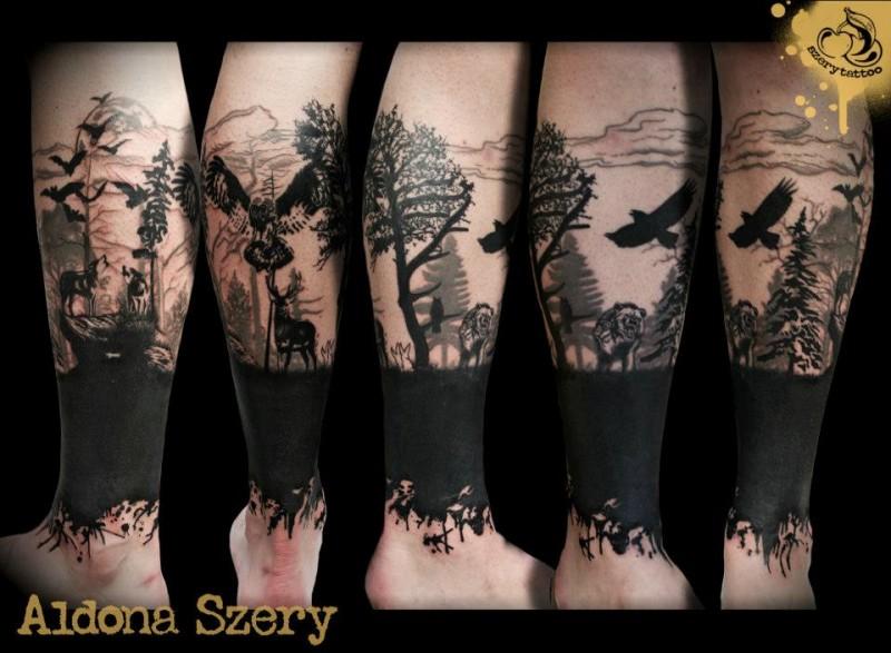 mistico inchiostro nero vita selvaggia con gufo e cornacchia tatuaggio su gamba