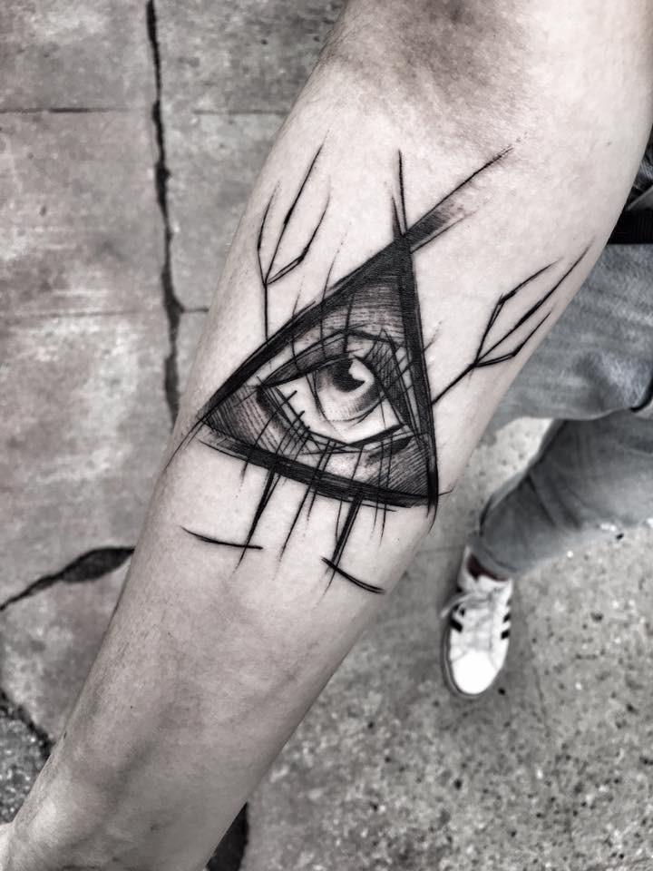 Estilo de trabajo negro místico diseñado por Inez Janiak tatuaje de antebrazo de gran triángulo con ojo