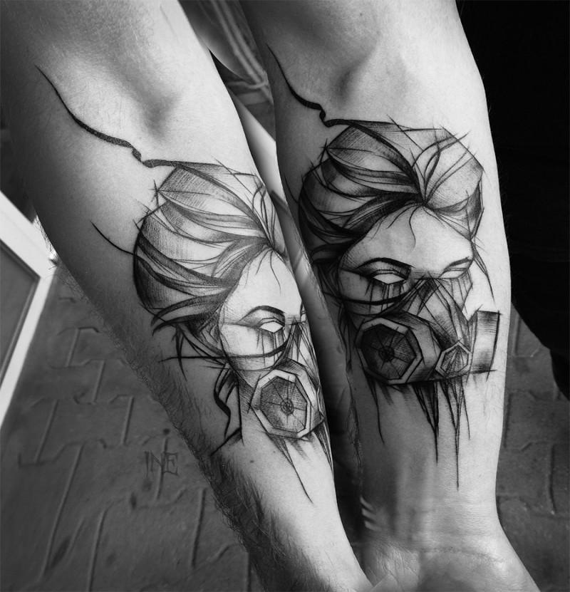 Tatuaggio mistico dell&quotavambraccio stile blackwork della donna con maschera antigas