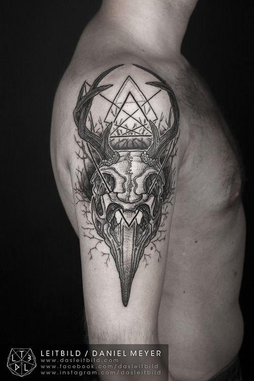 mistico culto nero e bianco cranio animale con simbolo tatuaggio su spalla