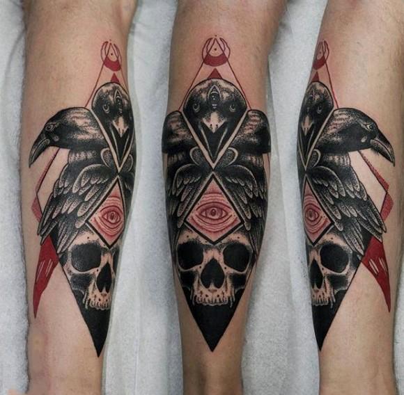 mistico culto stile colorato corvo con cranio tatuaggio su gamba