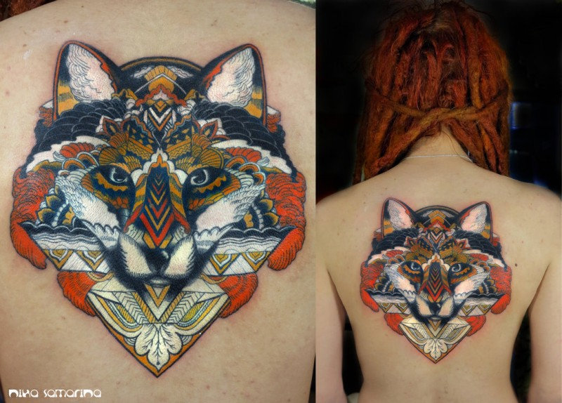 mistico dipinto colorato volpe stilizzato con ornamento tatuaggio su schiena