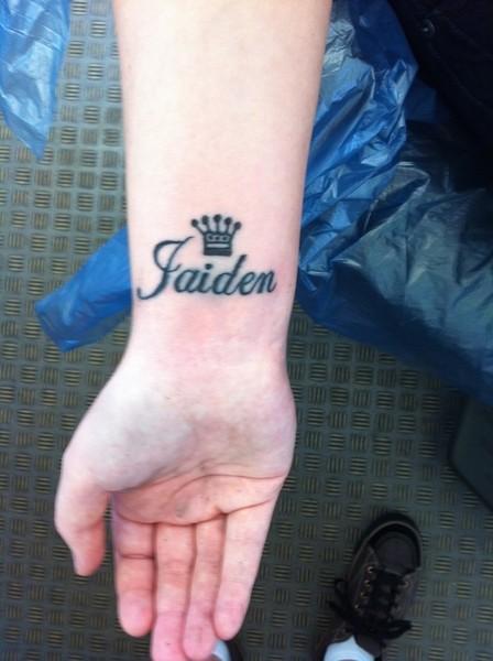 corona nominata tatuaggio su polso