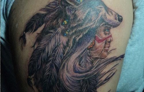 Indianerhäuptling in einer Maske des Wolfs Tattoo