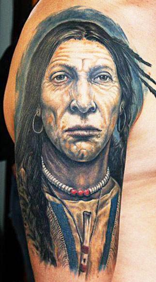 Indianerin mit Talisman an der Brust Tattoo