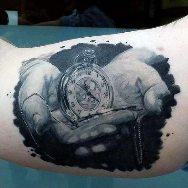 Tatuaje en el brazo, manos tiernos con reloj de bolsillo