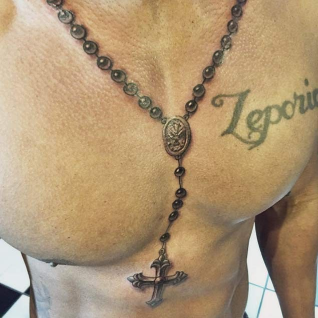 Tatuaje En El Pecho Collar Realisata 3d Con Cruz Tattooimagesbiz