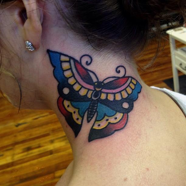 farfalla tradizionale semplice tatuaggio su collo