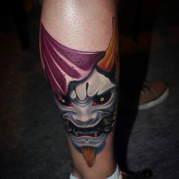 Neu-traditionell Stil farbiger Bein Tattoo der Asiatischen Maske mit Hörnern