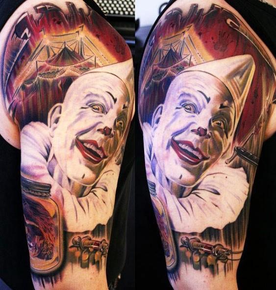 Neuer Stil böser Clown Tattoo am Arm