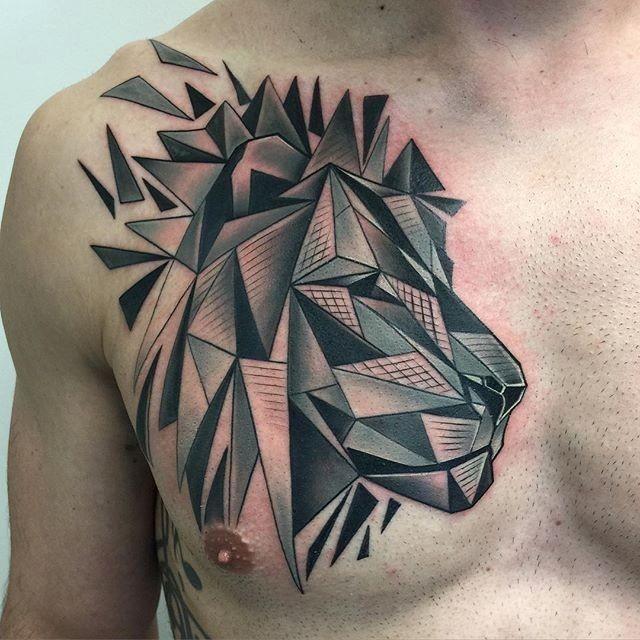 Tatuaggio del petto in stile geometrico della nuova scuola di leone