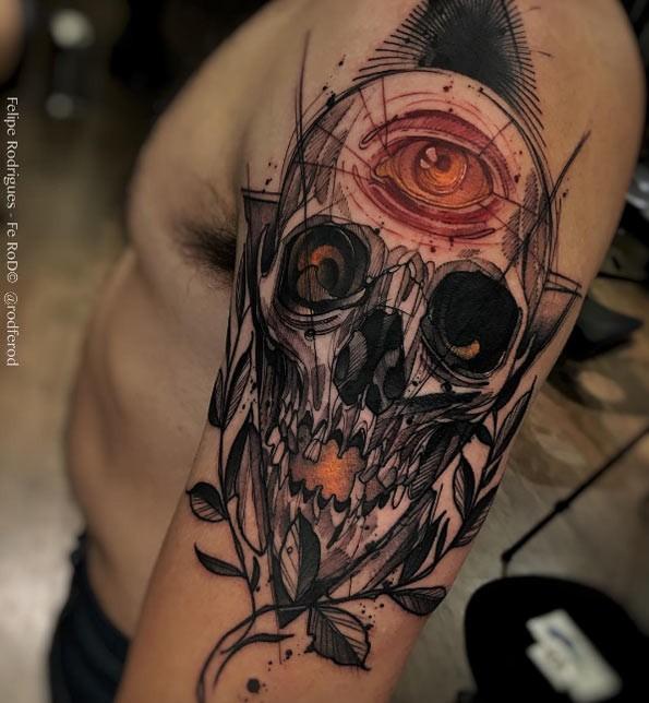 Nuevo estilo de escuela color del brazo del tatuaje del cráneo humano con ojos y hojas