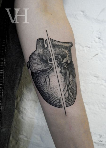 nuovo stile linee nere cuore tatuaggio avambraccio