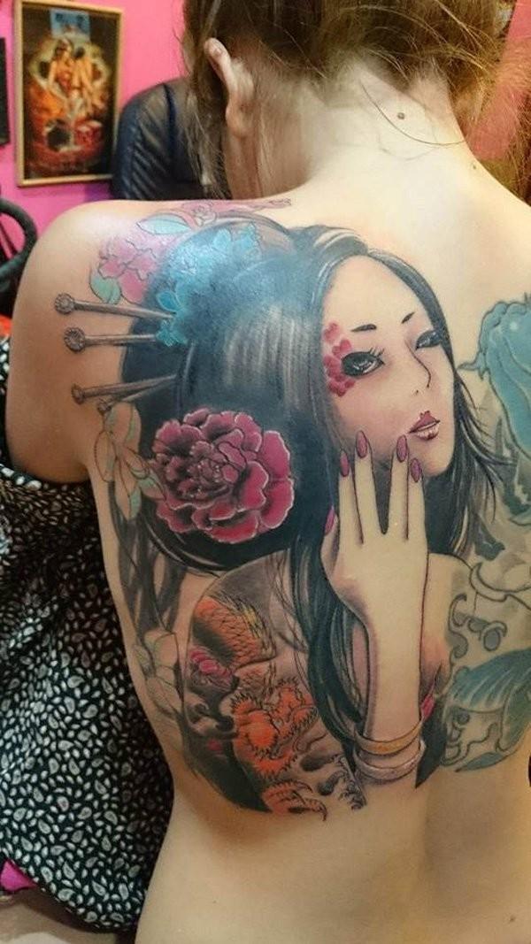 nuovo stile colorato geisha tatuaggio sulla schiena