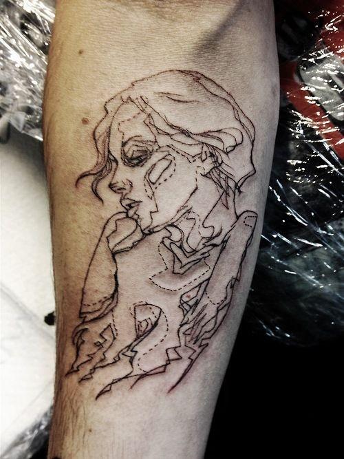 bel ritratto di ragazza linee nere tatuaggio avambraccio