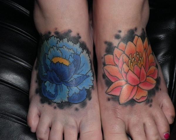 belli loto blu e rosa tatuaggio su piede