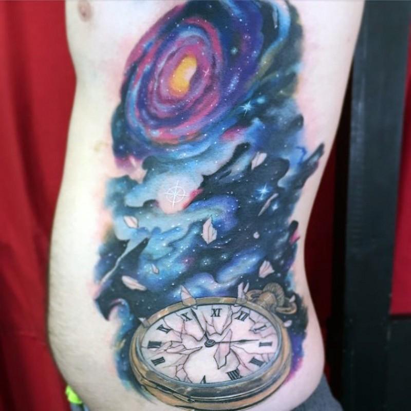 bello colorato spazio con orologio tatuaggio su costolette