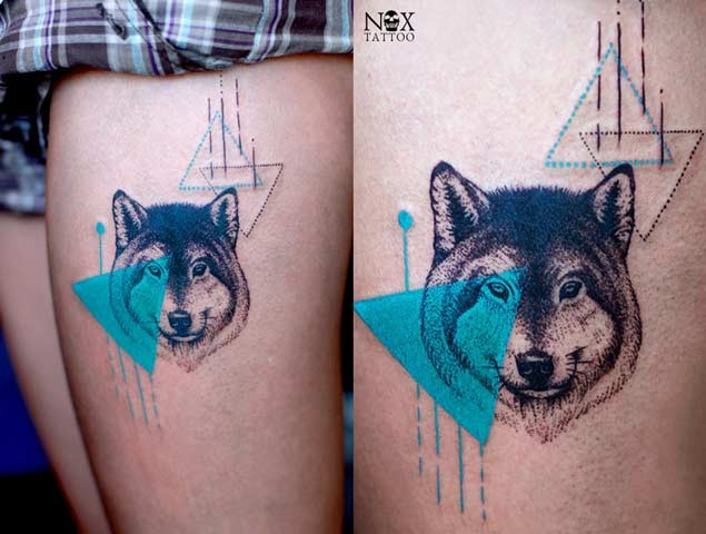 Nice combined colored wolf tattoo on thigh with triangles