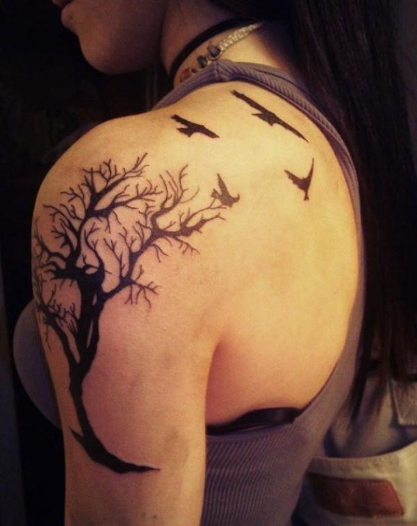 Tatuaggio bianco nero sul deltoide l&quotalbero & gli uccelli