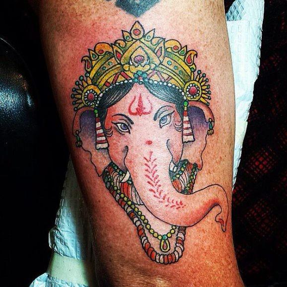 Tatuaggio colorato la testa di Ganesha