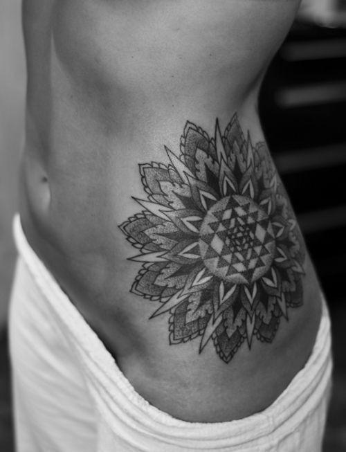 bello stile geometrico grande bianco e nero fiore tatuaggio su fianco