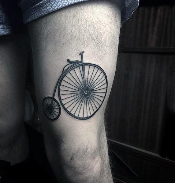 Tatuaje en el muslo,  bicicleta de circo simple