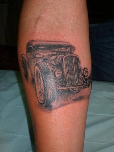 bella vecchia retro macchina tatuaggio sulla gamba