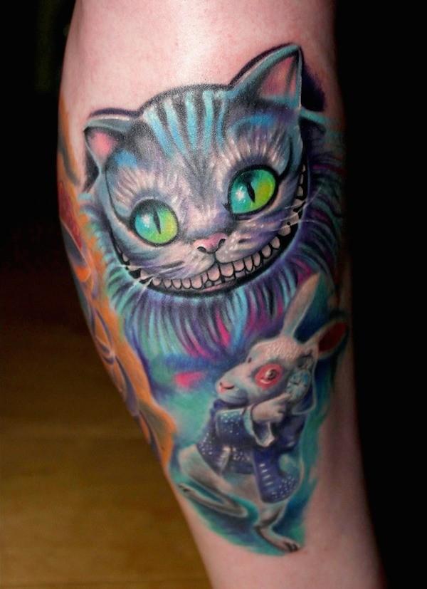 Nett bemalte und gefärbte Helden aus Alice im Wunderland Tattoo am Bein