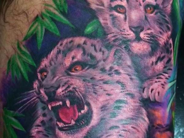 bellissimo dipinto piccoli bimbi leopardi su giungla tatuaggio su braccio