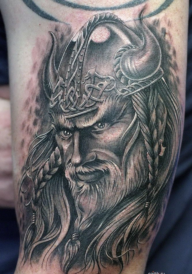 vichingo carino in corna casco tatuaggio