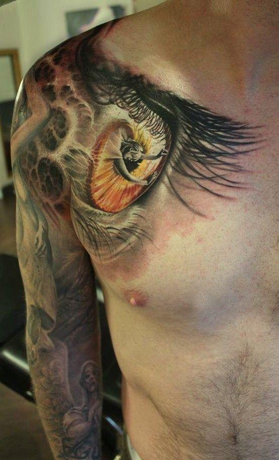 Tatuaggio grande sul braccio la ragazza nell&quotocchio