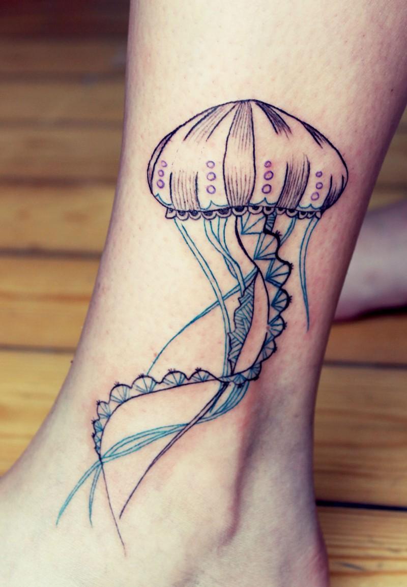vecchio cartone multicolore medusa tatuaggio su caviglia