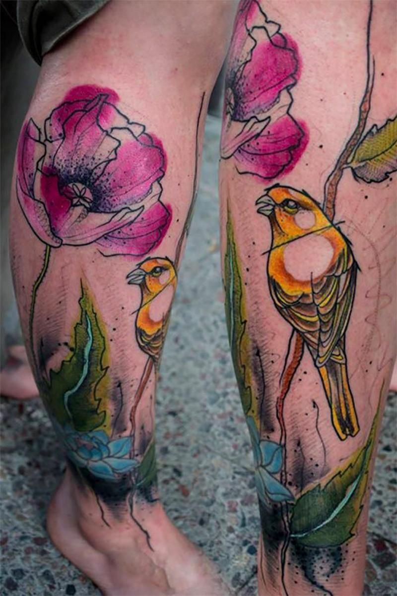 vecchio cartone animato dipinto acquerello stilizzato colorato fiore con uccello tatuaggio su gamba