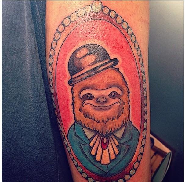 vecchio cartone animato ritratto bradipo gentiluomo tatuagio su braccio
